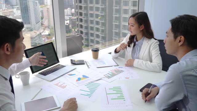 vídeos y material grabado en eventos de stock de equipo de negocios asiático en la sala de reuniones - financial planning