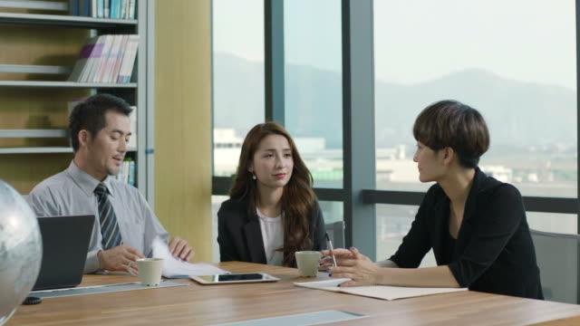stockvideo's en b-roll-footage met aziatische team zakenvergadering in kantoor - oost azië
