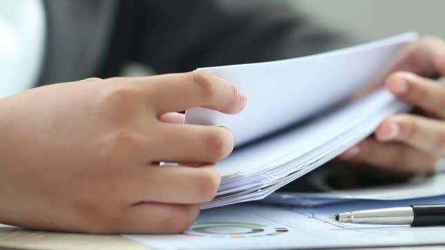 vidéos et rushes de femme d'affaires asiatiques manager vérifiant et en signant demandeur remplissage documents rapports papiers société formulaire ou en vous inscrivant de demande à bureau de bureau. document rapport et business busy concept - notaire