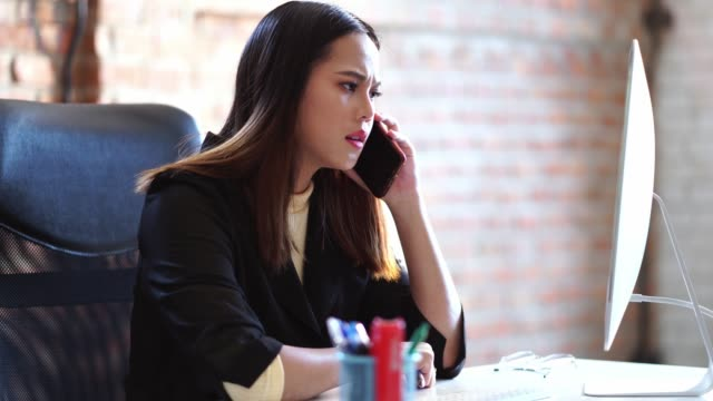 asiatische geschäftsfrau ist sie von der koordination gestresst. - reisebüro stock-videos und b-roll-filmmaterial