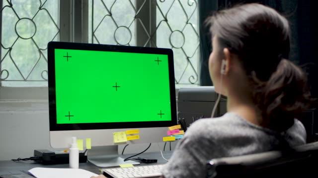 アジアのビジネスウーマンは、コンピュータ、クロマキーで自宅で仕事 ビデオ