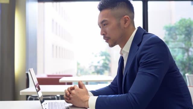 asiatischer geschäftsmann mit videokonferenz mit kunden - webinar stock-videos und b-roll-filmmaterial