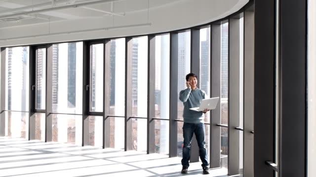 vídeos de stock e filmes b-roll de empresário asiático trabalhando com computador portátil - office background