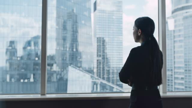 stockvideo's en b-roll-footage met aziatische onderneemster op kantoor. het bekijken van mening - aziatische etniciteit