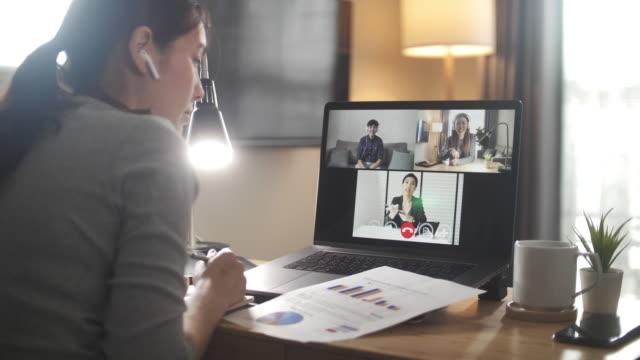 imprenditrice asiatica che ha incontrato il team a casa - lavorare video stock e b–roll