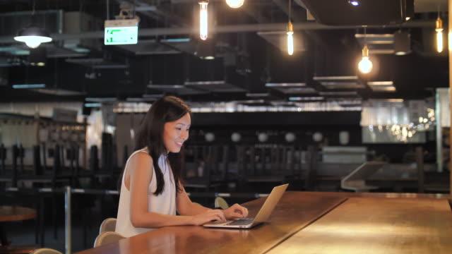 donna d'affari asiatica che usa laptop - commercio elettronico video stock e b–roll