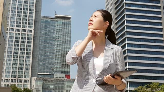 asiatiska businesswomanfeel varma promenader - svett bildbanksvideor och videomaterial från bakom kulisserna