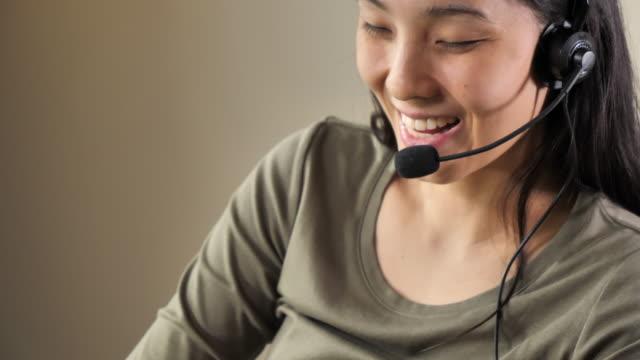 アジアンコールセンター勤務 - オペレーター 日本人点の映像素材/bロール
