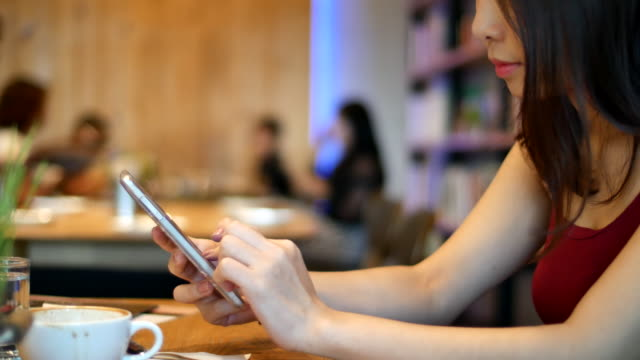 アジアの白人民族笑顔のカフェで - カフェ文化点の映像素材/bロール