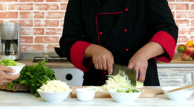 vidéos et rushes de chef asiatique en salade fraîche - montrer