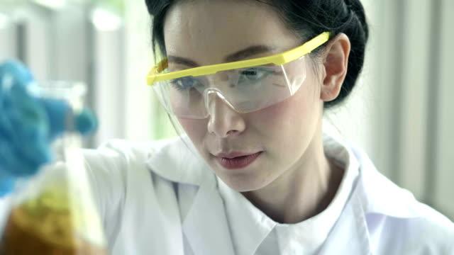 vídeos de stock, filmes e b-roll de asian químico derramando óleo cosmético: produção de cuidados do corpo - gênero humano