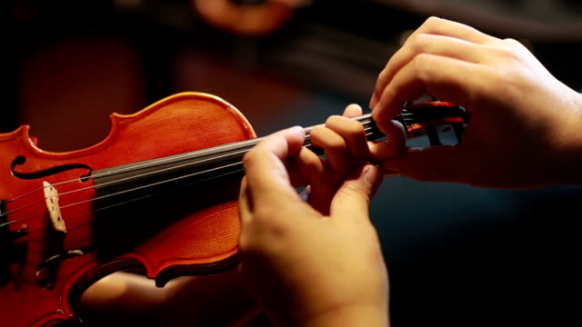 asian child playing violin - praticare video stock e b–roll