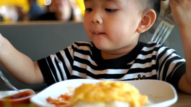 vídeos y material grabado en eventos de stock de comer restaurantes asiatico - gastronomía fina