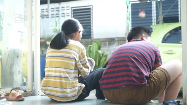 asiatiska barn bär skor innan gå till skolan, livsstil koncept. - kanvas bildbanksvideor och videomaterial från bakom kulisserna