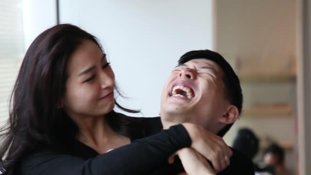 vídeos y material grabado en eventos de stock de asiático chino pareja en la cama divirtiéndose y tiempo de vinculación - casados