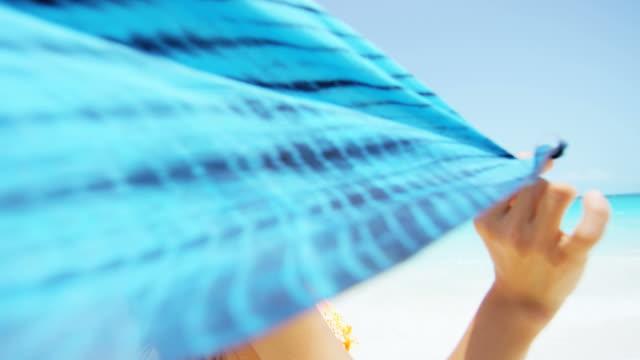 vidéos et rushes de asiat chinoise portant un bikini sur la plage - évasion du réel