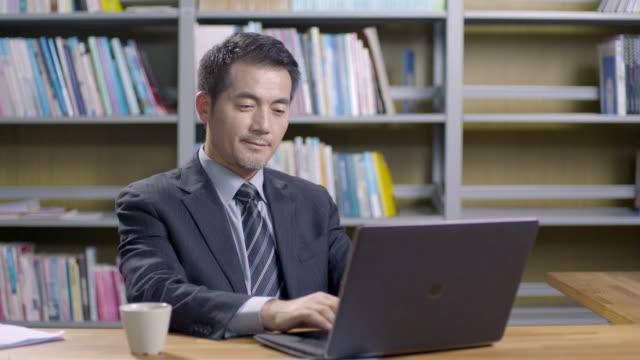 オフィスで働くアジアの企業経営者 ビデオ