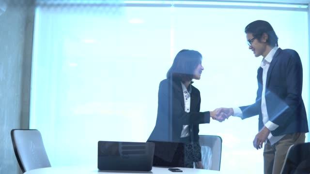アジア企業幹部のビジネス訪問者の挨拶 - オペレーター 日本人点の映像素材/bロール