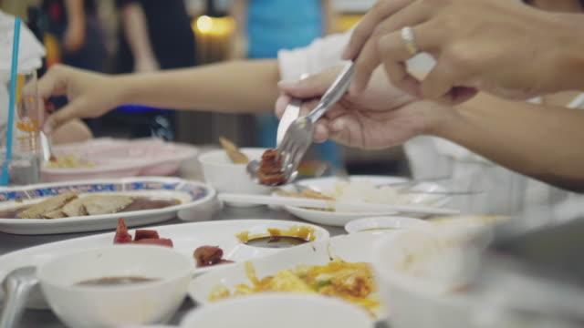 stockvideo's en b-roll-footage met aziatisch koppel eten thais eten in restauranttafel - restaurant table