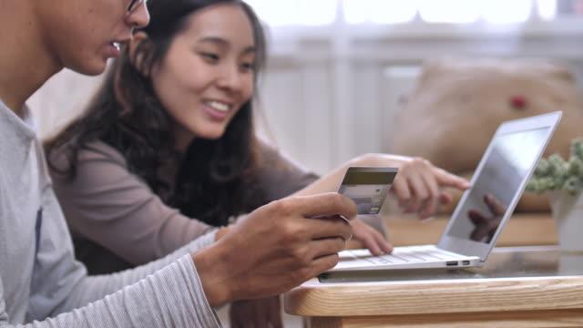 Pareja asiática haciendo compras en línea - vídeo