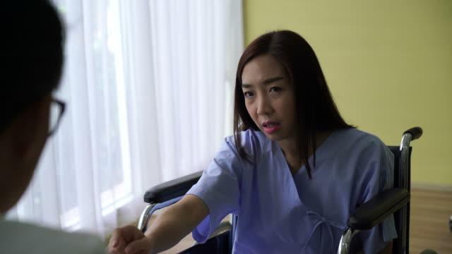 vídeos de stock e filmes b-roll de asian doctor and patient are discussing something - envolvimento dos funcionários