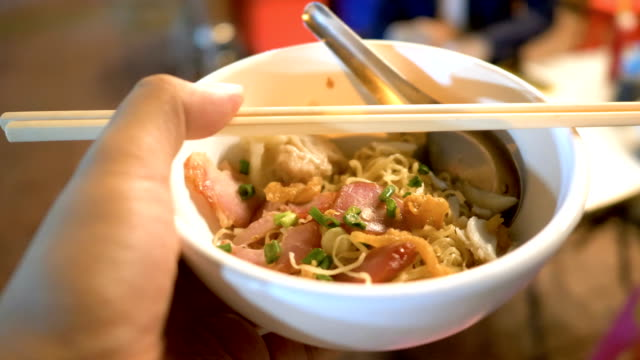 stockvideo's en b-roll-footage met pov: aziatische egg-noodle - thai food