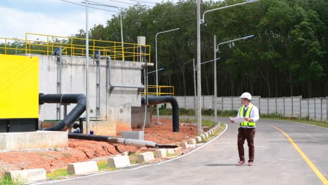 stockvideo's en b-roll-footage met aziatische ingenieur controle en inspectie van bouwwerkzaamheden in de zware industrie - chemische fabriek