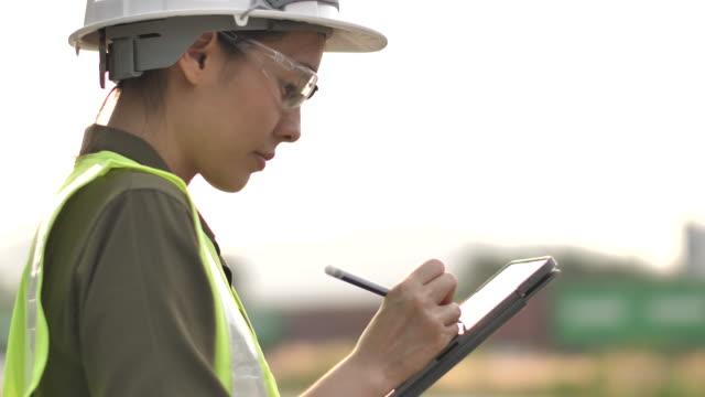 asiatisk ingenjör kvinna som arbetar på digital tablett - pipeline bildbanksvideor och videomaterial från bakom kulisserna