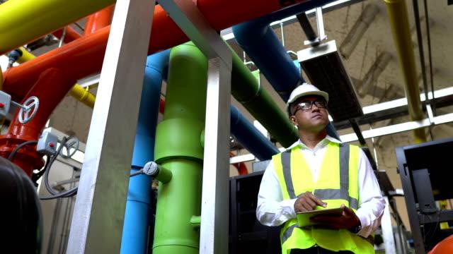 asiatischer ingenieur arbeitet im kesselraum - maschinenteil ausrüstung und geräte stock-videos und b-roll-filmmaterial