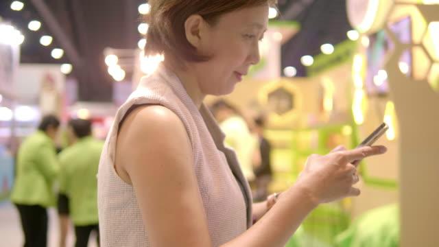 アジア起業家 - 展示会点の映像素材/bロール
