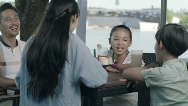 アジア家族飲み・屋外スローモーションで幸せな家族の時間を楽しむ席で話して - 母娘 笑顔 日本人点の映像素材/bロール