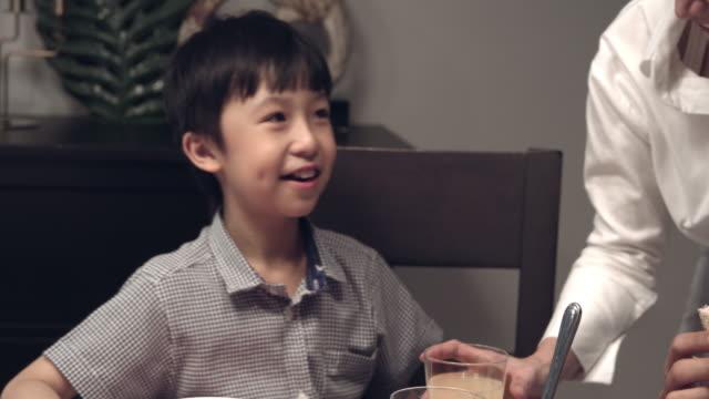 stockvideo's en b-roll-footage met aziatische familie eten - breakfast table