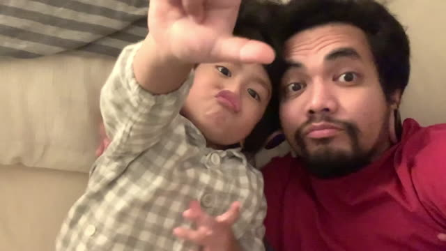vídeos de stock, filmes e b-roll de família asiática se divertindo com um filho feliz na cama - fathers day