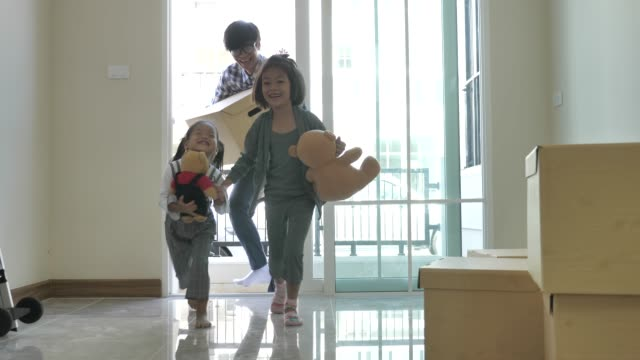 asiatische familie umzug in neue heimat, öffnungstür und kinder laufen ins haus - rennen körperliche aktivität stock-videos und b-roll-filmmaterial