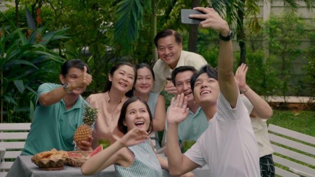 asiatische familienzusammenführung - familientreffen stock-videos und b-roll-filmmaterial