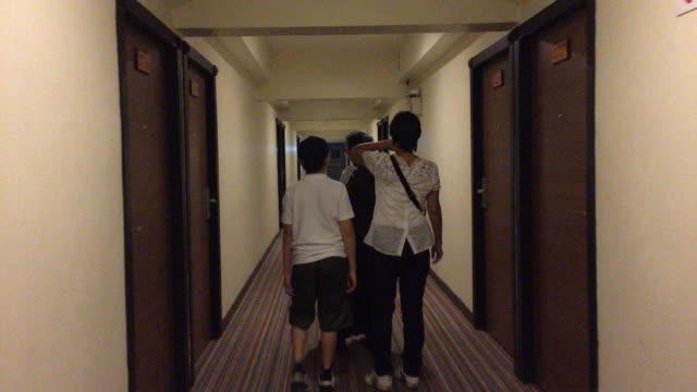 asiatischen familie wandern in hotelhalle - mann tür heimlich stock-videos und b-roll-filmmaterial