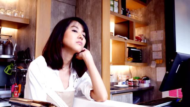アジアの女性バリスタの仕事退屈な感情 ビデオ