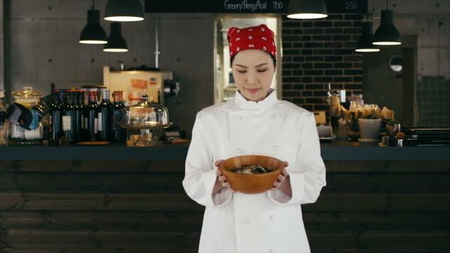 アジア女性シェフが調理されたおいしいお食事を表示 - 料理人点の映像素材/bロール
