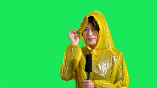 vídeos de stock e filmes b-roll de asian female weather reporter on green screen - weatherman