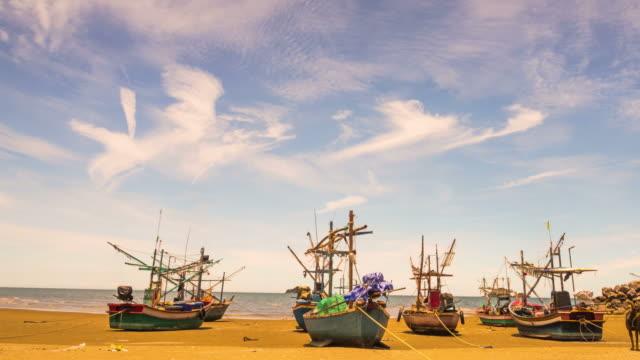vídeos y material grabado en eventos de stock de barcos de pesca asiática - letra s