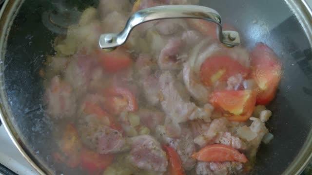 Des plats asiatiques au wok pan - Vidéo