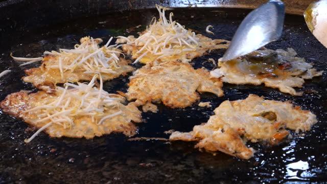 asiatisk mat av wokad ostron omelett - böngrodd bildbanksvideor och videomaterial från bakom kulisserna