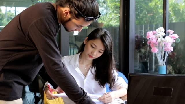 自宅事務所で働くアジアのフリーランス ビデオ