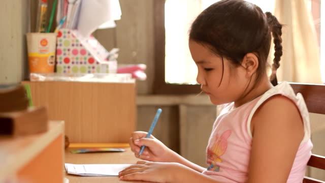 アジアの女の子を宿題をします。 ビデオ