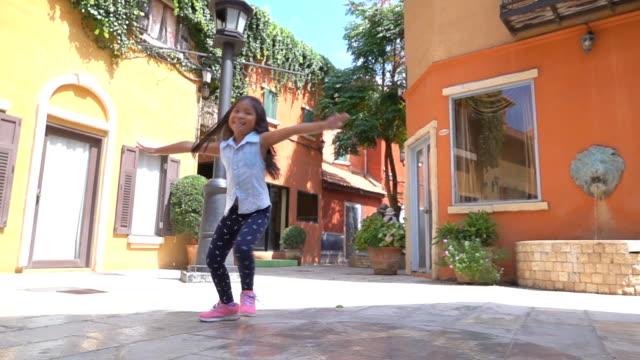 Menina asiática sentir auto-estima e liberdade em atrações, câmera lenta - vídeo