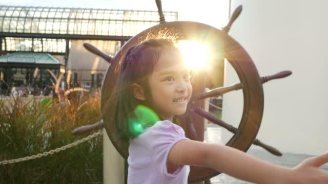 Menina asiática sentir auto-estima e liberdade com o clarão do sol - vídeo