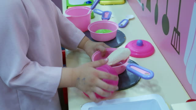 아시아 소녀 음식 요리 재생 - 완구류 스톡 비디오 및 b-롤 화면