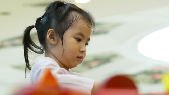 vídeos de stock, filmes e b-roll de menina asiática jogando cozinhar alimentos - salas de aula