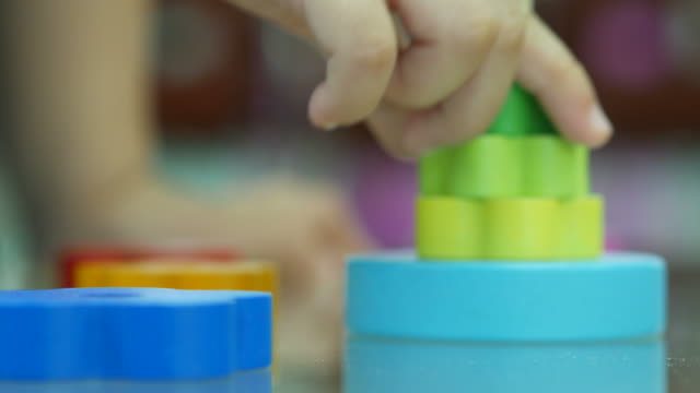asiatische mädchen spielen spielzeug - vorlesungsfrei stock-videos und b-roll-filmmaterial