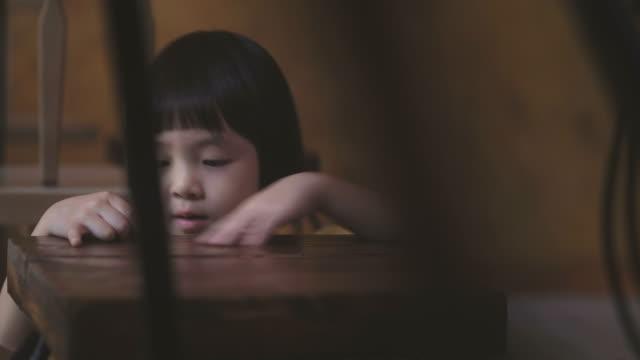 vídeos de stock, filmes e b-roll de asian girl brincando debaixo da mesa - salas de aula
